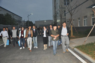 参会代表参观武汉华扬动物保健集团